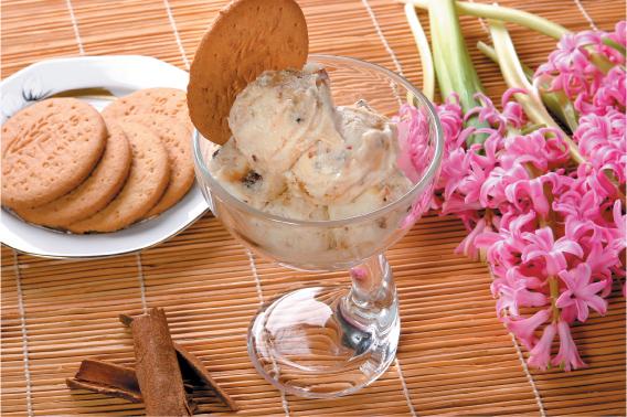Fagylalt Digestive keksszel, fahéjjal és mézzel